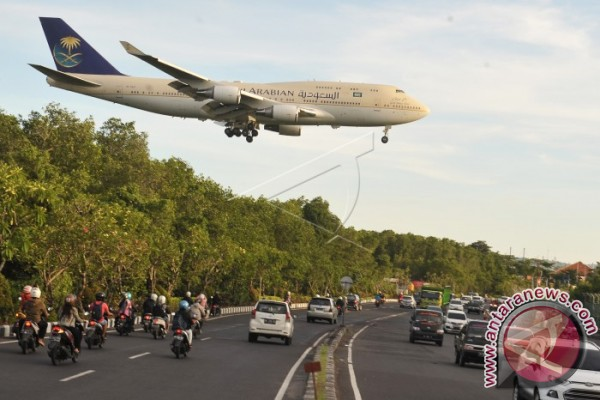 Raja Salman Turun Dari Pesawat Menggunakan Lift