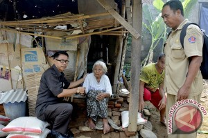 Gubernur Bali Bantu Nenek Hidup Sebatang Kara