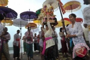 """Polres Buleleng Kawal Ritual """"Melasti"""" Umat Hindu"""