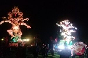 """Wisatawan Mancanegara Saksikan """"ogoh-ogoh"""" Di Tanah Lot"""