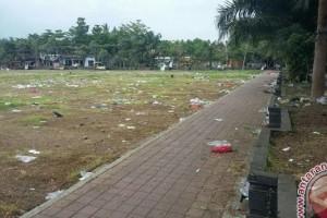 Lapangan Dipenuhi Sampah Pasar Musiman
