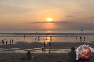Berjemur dengan Menikmati Matahari Terbenam di Pantai Kuta (video)