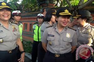 """""""Kartini"""" Polda Bali Bagikan Bunga Ke Pengendara"""