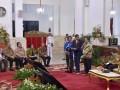 Presiden Joko Widodo (ketiga kanan) berbincang dengan dua orang kepala desa Sugeng asal Boyolali (kedua kanan) dan Kadiman (keempat kanan) asal Kalimatan Tengah saat Pembukaan Rakernas Pengawasan Intern Pemerintah Tahun 2017 di Istana Negara, Jakarta, Kamis (18/5). Presiden meminta pemerintah daerah membuat aplikasi sistem keuangan desa (Siskeudes) yang sederhana, untuk mempermudah pelaporan dan pengawasan penggunaannya serta meminta agar dana desa digunakan dengan tepat sasaran. ANTARA FOTO/Puspa Perwitasar/wdy/17