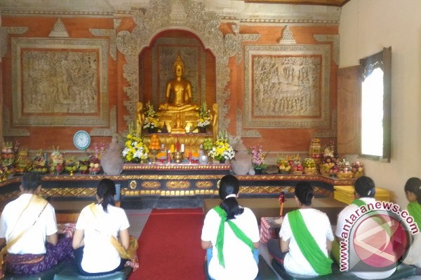 Vihara Giri Manggala Alasangker Ramai Dikunjungi Umat Lintas Agama