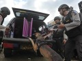 Polisi unit K-9 menyiapkan anjing pelacak untuk berangkat ke pos tugasnya seusai mengikuti gelar pasukan Operasi Ramadniya 2017 di Denpasar, Senin (19/6). Selain pengamanan arus mudik/arus balik Lebaran, petugas gabungan di Bali juga memfokuskan pengamanan wilayah yang ditinggal pemudik, tempat keramaian atau obyek wisata yang diperkirakan akan padat pengunjung saat liburan Idul Fitri 1438H. Antara Bali/Nyoman Budhiana/2017.