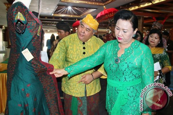 Dekranasda Bali Harapkan Kain Tenun Endek Terus Berkembang