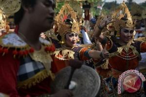 Pawai Budaya Awali Peringatan HUT Amlapura (Video)