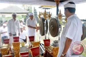 Pemkot Denpasar Serahkan Bantuan Gamelan Gong