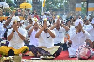 Wagub Bali Ikuti Persembahyangan di Pura Jati