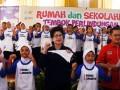 Menteri Kesehatan Nila F Moeloek (tengah) bernyanyi dan menari bersama murid-murid saat peringatan ASEAN Dengue Day di SD Negeri Baru 07 Pagi, Cijantung, Jakarta Timur, Rabu (2/8). Dalam peringatan ASEAN Dengue Day tersebut para murid diajak untuk mengenal lebih dekat mengenai penyakit Demam Berdarah Dengue (DBD) dan bahaya yang ditimbulkannya termasuk cara pencegahannya. ANTARA FOTO/Indrianto Eko Suwarso/wdy/17