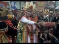 Peserta menampilkan tarian tradisional Bali saat mengikuti parade budaya di Sanur, Denpasar, Bali, Minggu (13/8). Parade budaya rangkaian Sanur Village Festival 2017 dengan tema Bhinneka Tunggal Ika tersebut diharapkan dapat menjadi ajang promosi pariwisata dan seni budaya khususnya untuk wilayah Sanur. Antara Foto/Fikri Yusuf/nym/2017