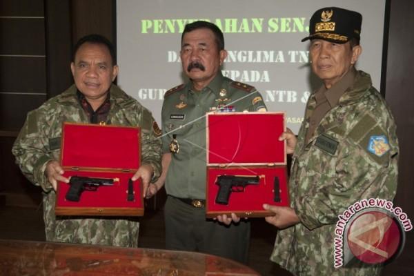 Kodam Udayana Serahkan Pistol kepada Gubernur Bali Nusra (Video)