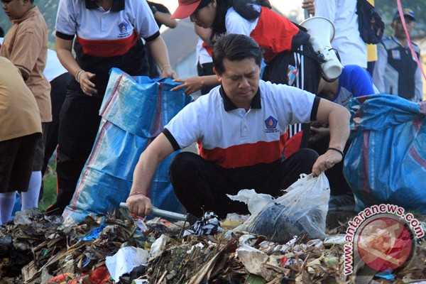 Bupati Klungkung Berbaur dengan Masyarakat Pungut Sampah Plastik