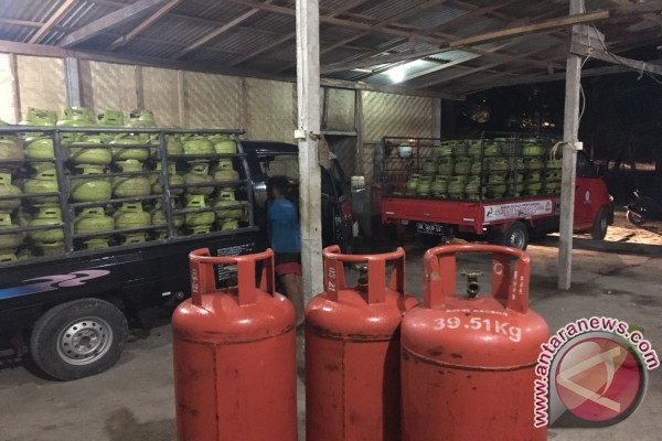 Polisi Amankan Pelaku Pengoplos Elpiji di Jimbaran