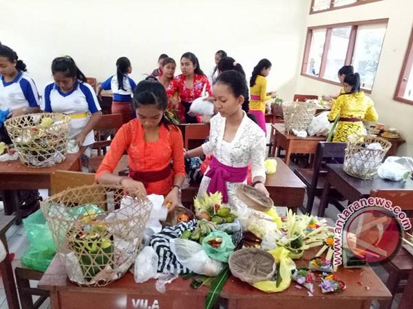 Keheningan Perayaan Saraswati untuk Bangkitkan Prestasi Siswa/Siswi