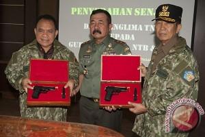 Penyerahan Senjata Untuk Gubernur