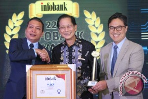 "BCA Kembali Pertahankan ""Titanium Trophy"" Infobank Awards 2017 (Video)"