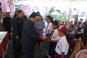 Wakil Rakyat Jembrana Bantu Pelajar Miskin