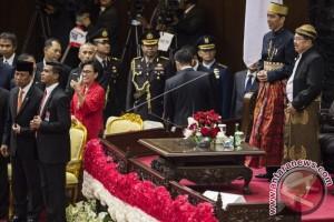 """Ketika Jokowi-JK Bertukar """"Busana Daerah"""""""