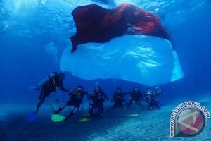 Polda Bali Mengibarkan Merah Putih di  Dasar Laut