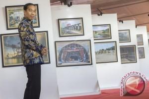 Presiden Jokowi Tinjau Foto Pembangunan Infrastruktur