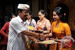 "Kadisbud Bali Serahkan Hadiah Pemenang Festival ""Joged Bumbung"""