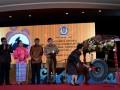 Menteri Keuangan Sri Mulyani (kanan) memukul gong ketika membuka Rapat Kerja Nasional Sinergi Pengawasan Penerimaan Negara disaksikan Mendagri Tjahjo Kumolo (kedua kanan), Kepala BPKP Ardan Adiperdana (tengah), Sekjen Kemenkeu Hadiyanto (kiri) dan Irjen Sumiyati (kedua kiri) di Kantor Kemenkeu, Jakarta, Selasa (12/9). Rapat yang diikuti Aparat Pengawasan Intern Pemerintah (APIP) di lingkungan kementerian dan lembaga serta pemda tersebut bertujuan untuk mengoptimalisasi penerimaan negara di APBN 2017. ANTARA FOTO/Sigid Kurniawan/wdy/2017.