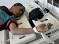 Seorang pasien terbaring di ruang isolasi Rumah Sakit Jiwa Kendari dalam kondisi tak sadarkan diri usai mengkonsumsi obat jenis somadril dan tramadol berlebihan di Kendari, Sulawesi Tenggara, Kamis (14/9). Selama dua hari tiga orang meninggal dunia setelah mengkonsumsi obat jenis somadril dan tramadol berlebihan sementara 57 orang lainnya masih menjalani perawatan intensif dari pihak RS Jiwa Kendari karena hilang kesadaran. Antara Foto/Jojon/nym/2017.