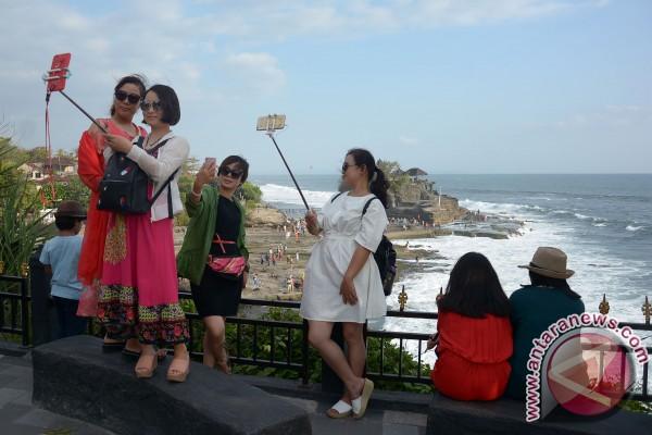 Pasca Nyepi, wisatawan ramai kunjungi Tanah Lot