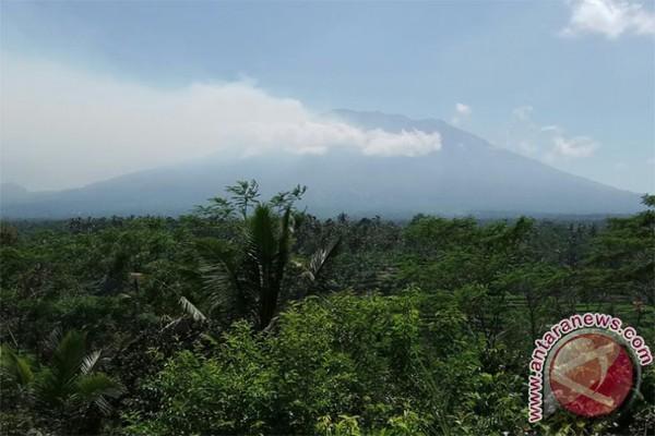 Warga Menggelar Persembahyangan Terkait Status Gunung Agung