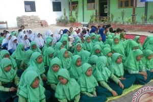Murid Madrasah Doakan Gunung Agung