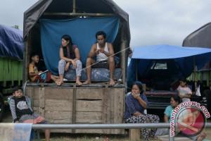 Mengungsi di Atas Truk