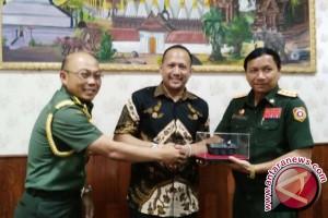 Kemenhan Laos Tertarik Beli Lagi Senjata Pindad