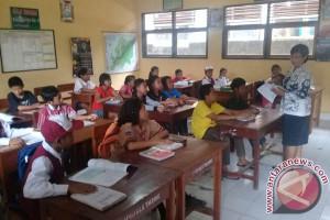 Ratusan Anak Pengungsi Gunung Agung Mulai Bersekolah (Video)