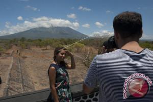 Wisman Tertarik Pantau Perkembangan Aktivitas Gunung Agung