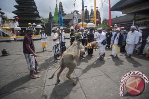Gubernur Pastika Sembahyang di Besakih Doakan Gunung Agung