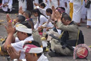 Masyarakat Berdoa Bersama di Pos Pantau Gunung Agung