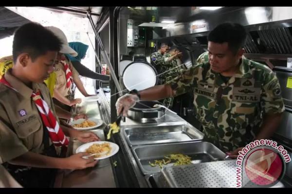 Marinir Bagikan Nasi Goreng
