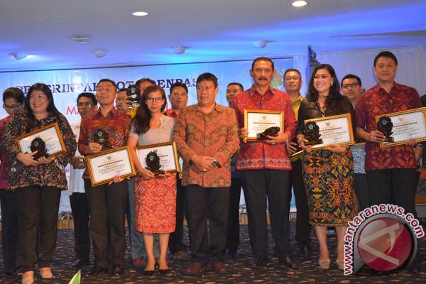 Pemkot Denpasar Serahkan Penghargaan Perusahaan Peduli Sosial