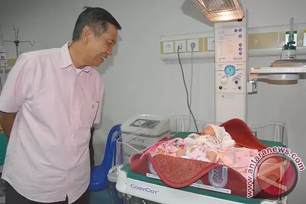 Gubernur Pastika Temui Bayi Pertama Lahir di RSBM