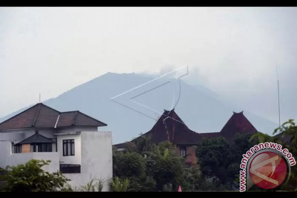 Gunung Agung Meletus Saat Siaga