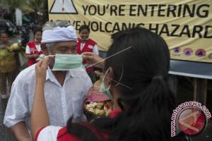 Relawan PMI Bali Bagikan Masker Antisipasi Debu Vulkanik