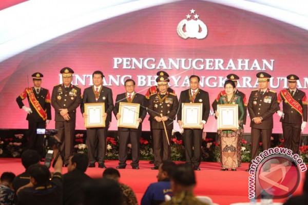 National Police Chief Bestows Awards Upon Seven Ministers