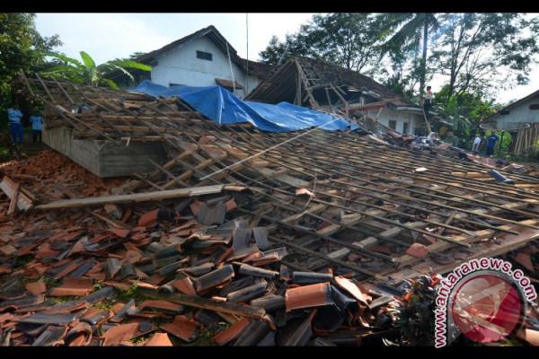 Rumah Ambruk Akibat Gempa