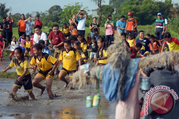 """Siswa SD Denpasar Meriahkan """"Festival Nyatua di Carik"""""""