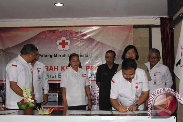 PMI Bali Serahkan Bantuan untuk Pengungsi Gunung Agung