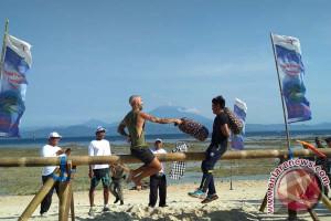 Wisatawan Main Gebug Bantal di Pantai Mahagiri-Nusa Penida