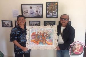 Seniman Bali Serahkan Lukisan Untuk