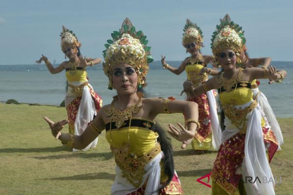 Musisi Balawan hibur pengunjung Festival Pantai Berawa